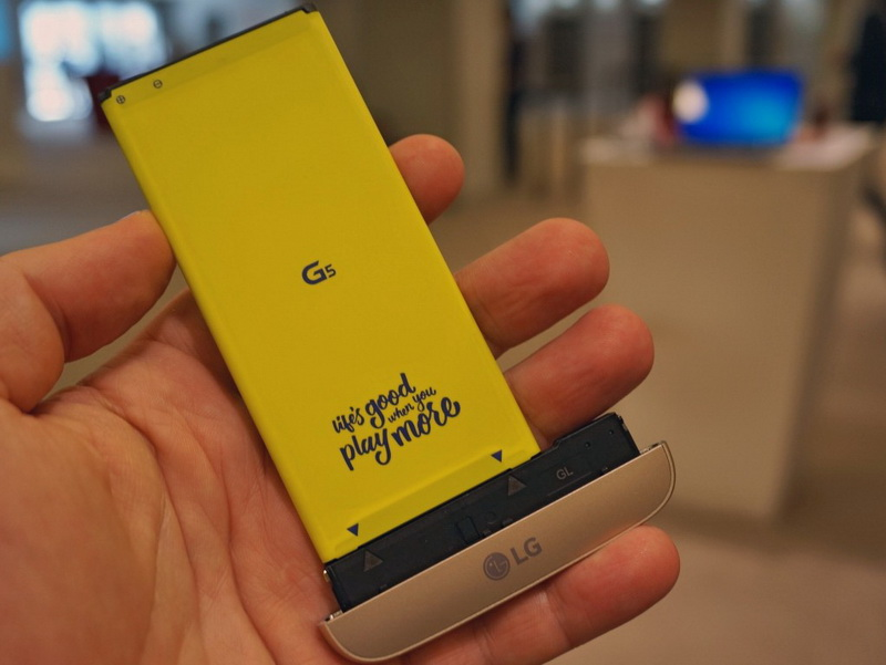 LG G5-аккумулятор смартфон в руках