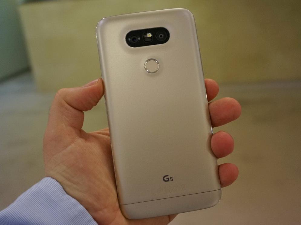 LG G5-аппарат в руках тыльная панель