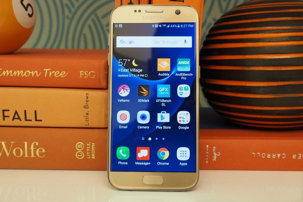 Samsung Galaxy S7-фото в интерьере