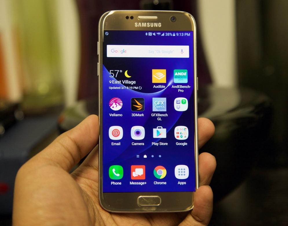 Samsung Galaxy S7-смартфон в руках фото 2