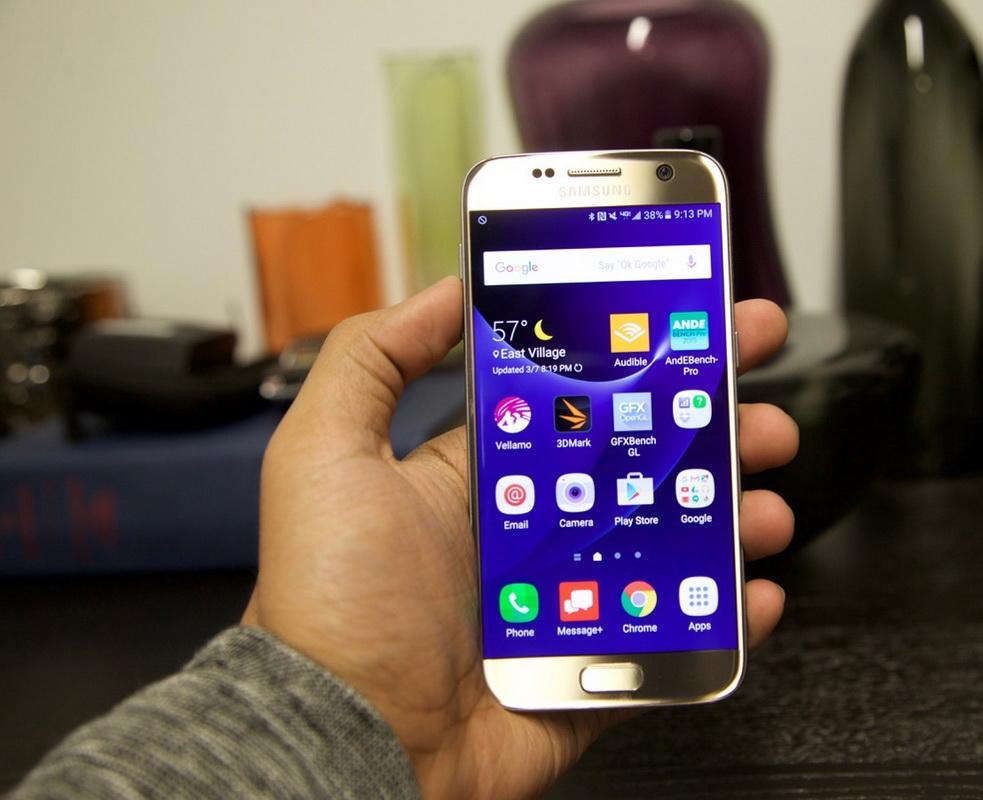 Samsung Galaxy S7-смартфон в руках