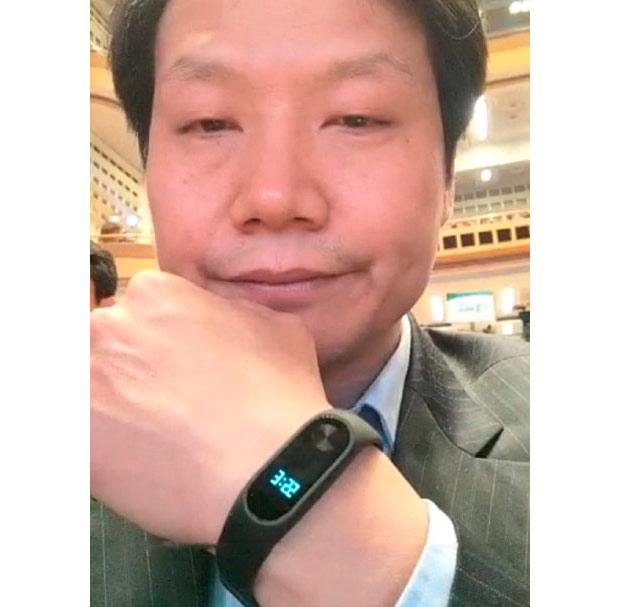 Генеральный директор компании Xiaomi показал непредставленный браслет Mi Band 2