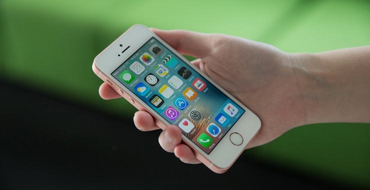 iPhone SE в руке
