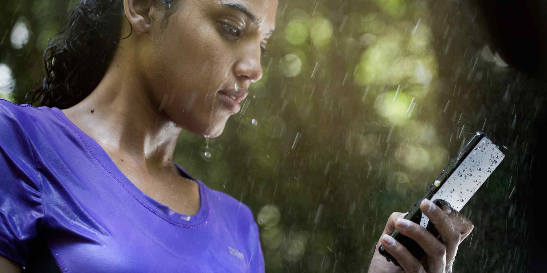 смартфон под дождём