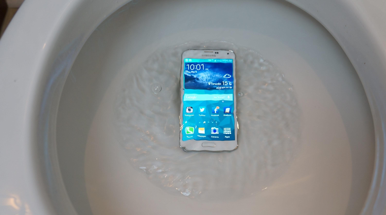 смартфон в унитазе