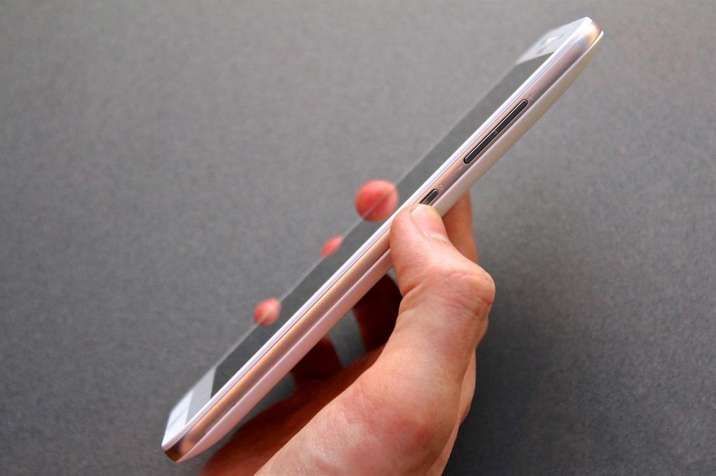 Asus Zenfone Max ZC550KL-правая грань эргономика фото 2