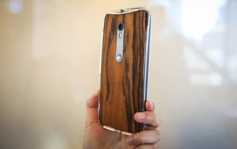 Motorola Moto X Style-смартфон в руках фото 2