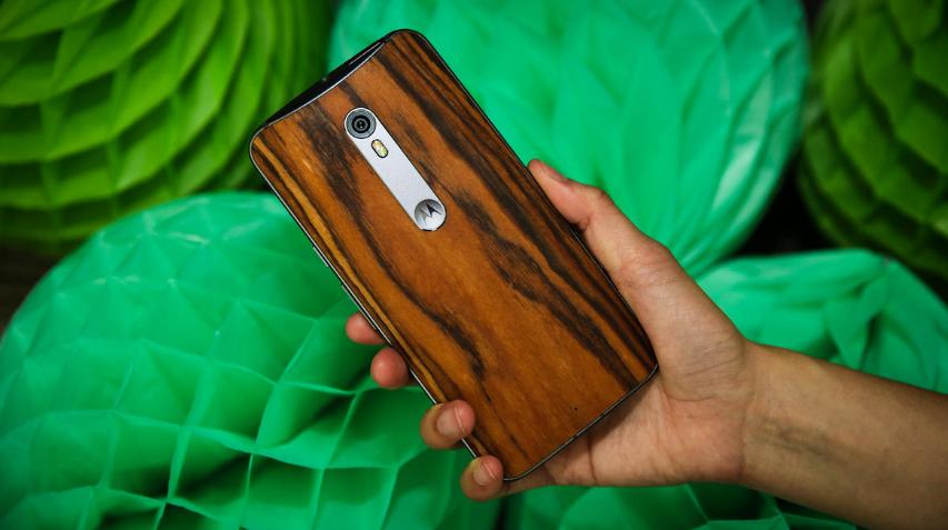 Motorola Moto X Style-смартфон в руках фото 3