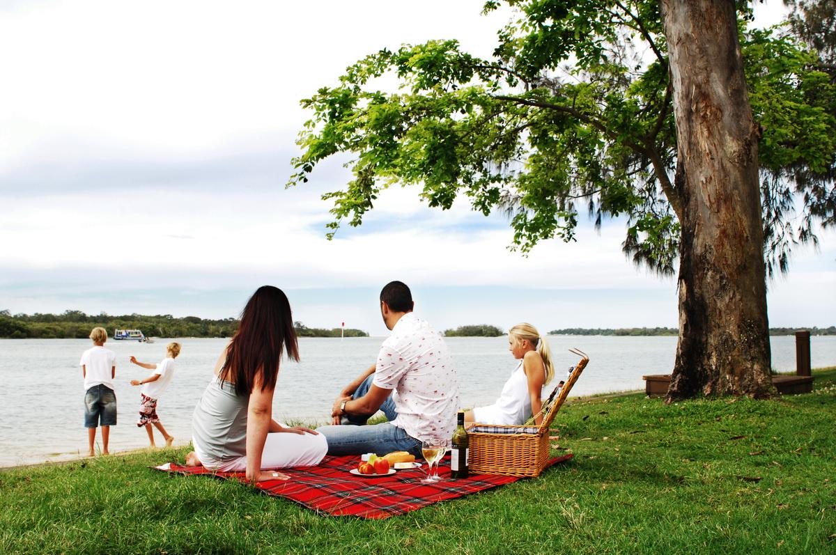 Пикник у реки-фото