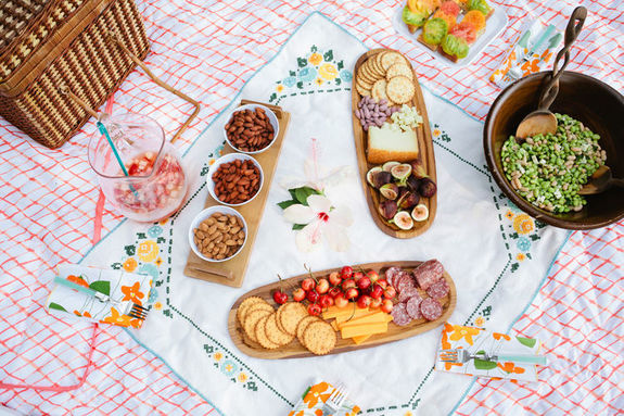 Пикники-сервировка стола