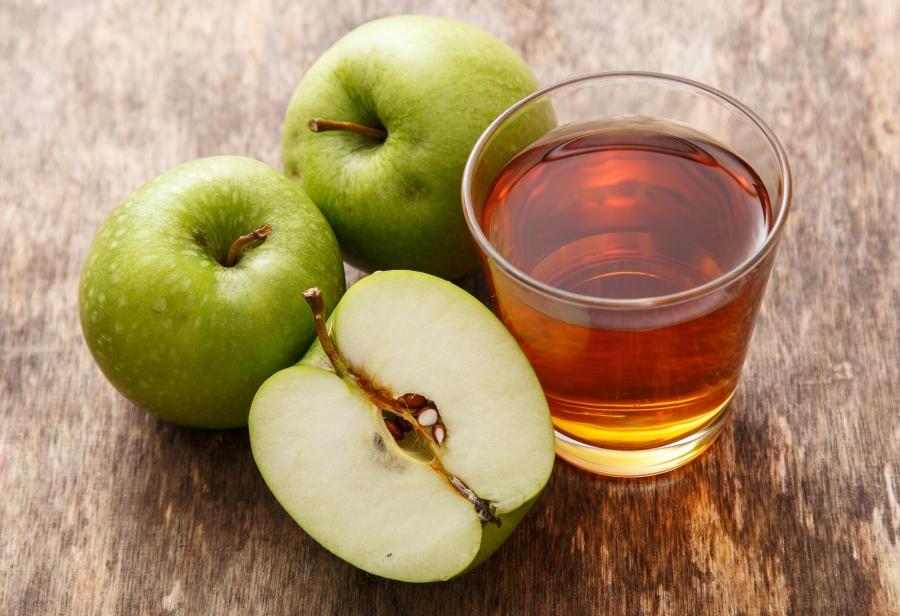 Яблочный сок-в стакане