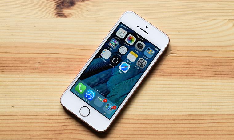 фото iPhone SE-в руках компактный корпус