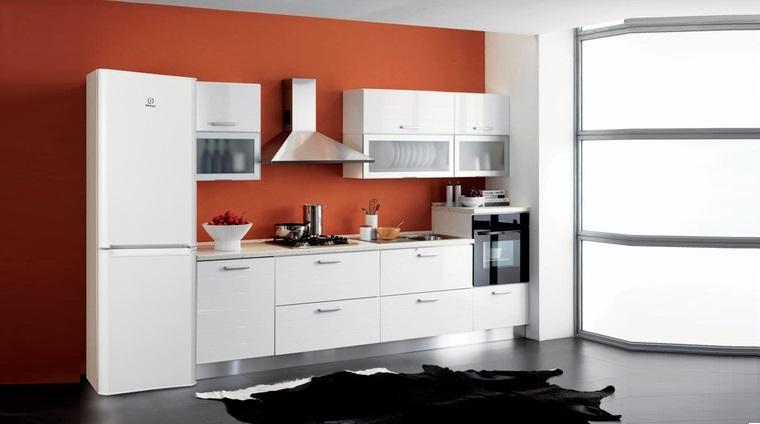 холодильник Indesit на кухне