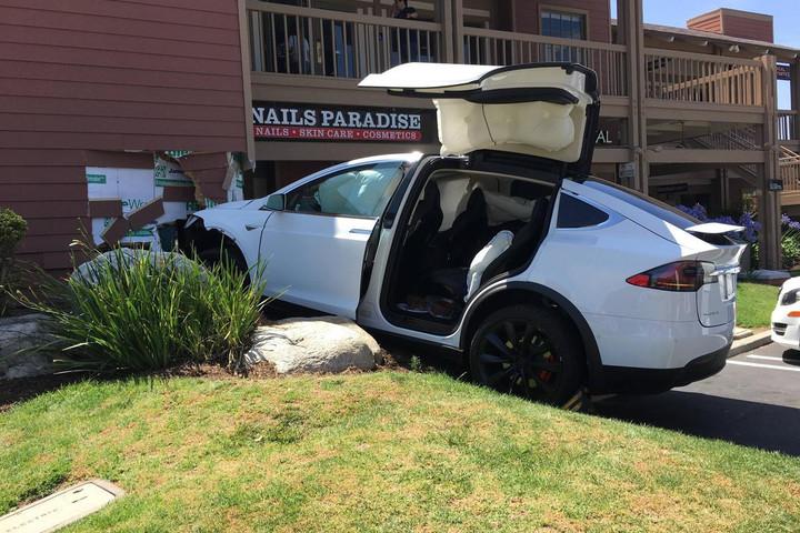 Автомобиль Tesla Model X самостоятельно активировал автопилот и протаранил здание (2)