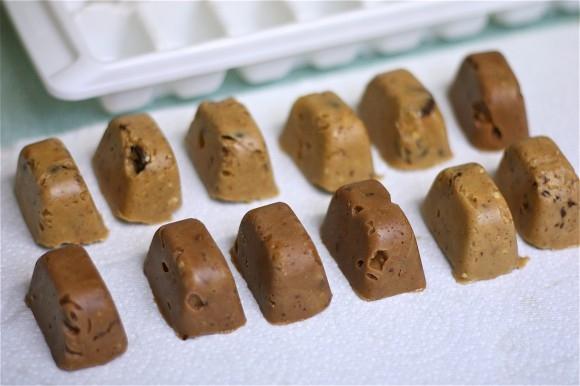 Применение формочек для льда-десерт из замороженной арахисовой пасты