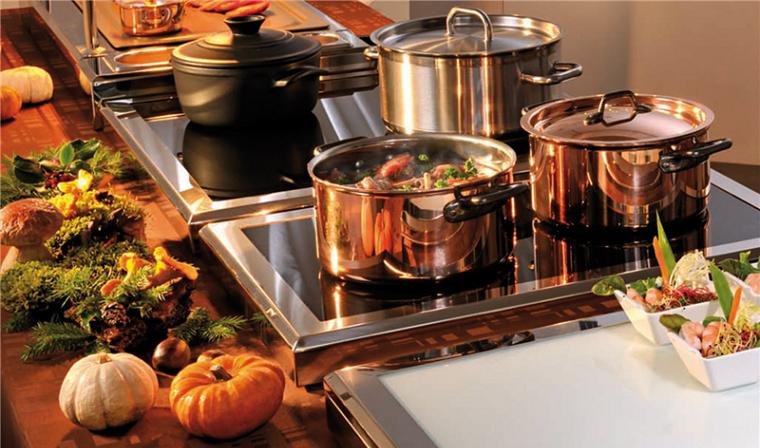 набор посуды на кухонном столе