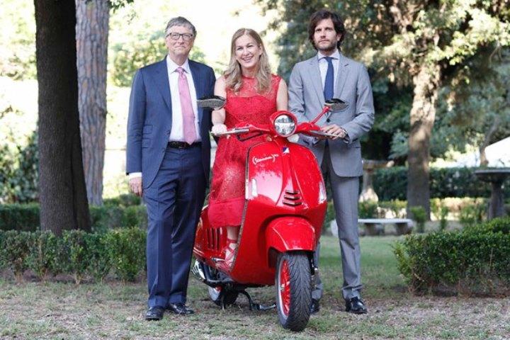 Билл Гейтс-скутер Vespa RED