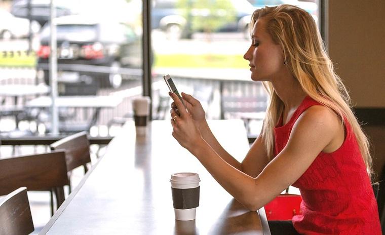 Девушка со смартфоном-фото
