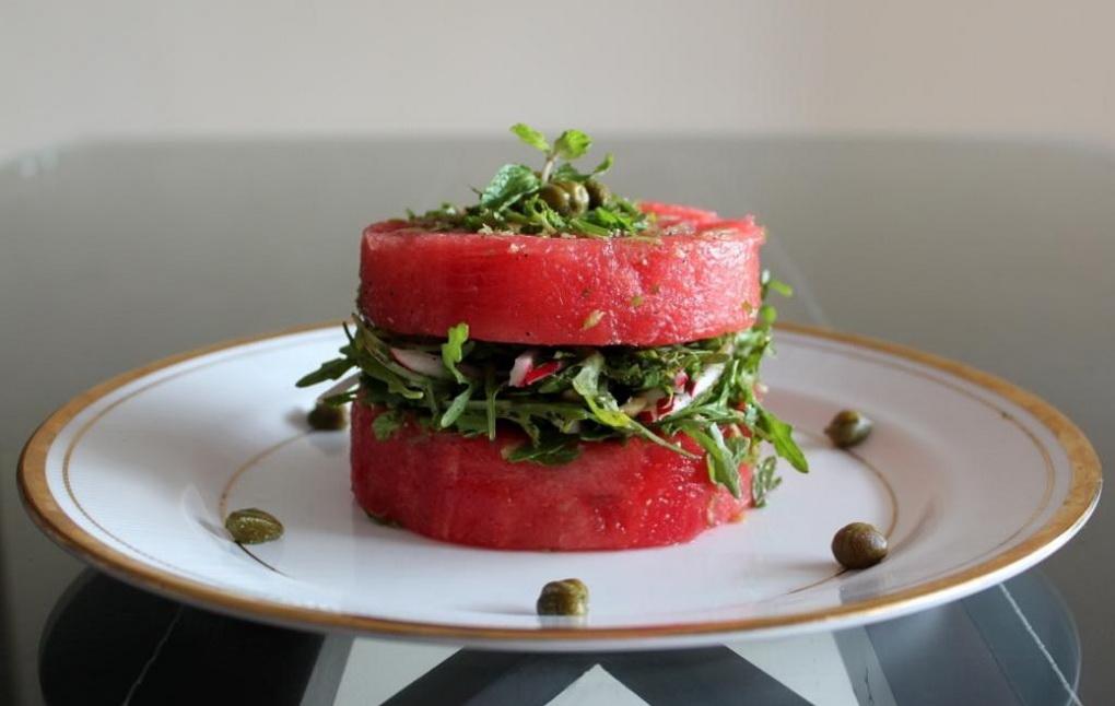 Салат с арбуза с руколлой-фото
