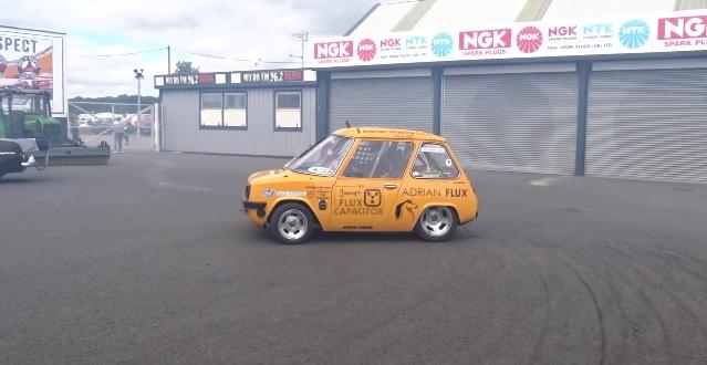 Журналист Джонни Смитт установил новый рекорд на электромобиле - главное фото