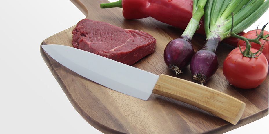 Белый керамический нож-В работе