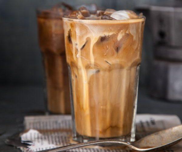 Холодный кофе со сгущенным молоком-вариант подачи напитка