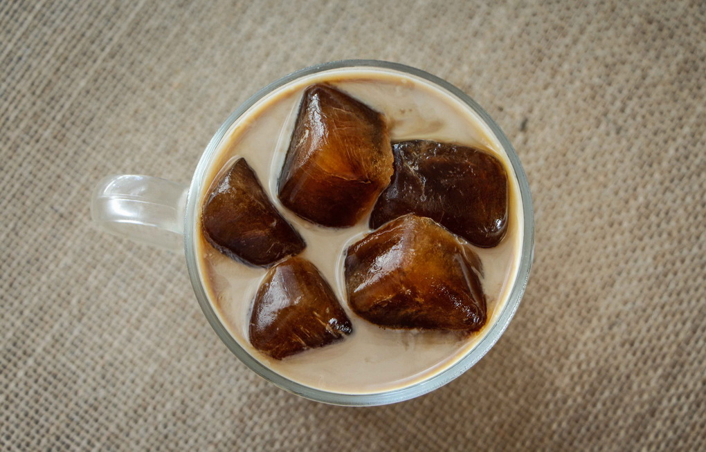 Молоко и лед из кофе-коктейль