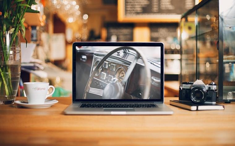 Разбираемся в брендах_ноутбуки – ноутбук на столе