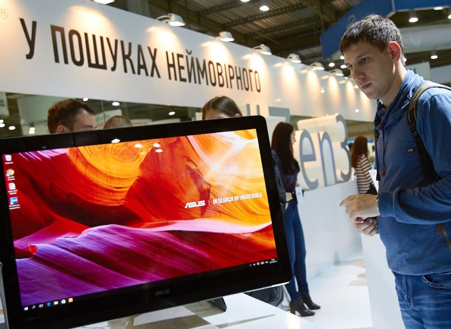 cee-2016-monitor-televizor-ot-asus