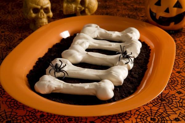 kosti-iz-beze-sladkoe-na-khehllouin