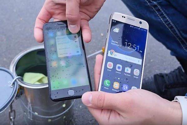 samsung-galaxy-s7-i-apple-iphone-7-test-vlagozashhishhennosti