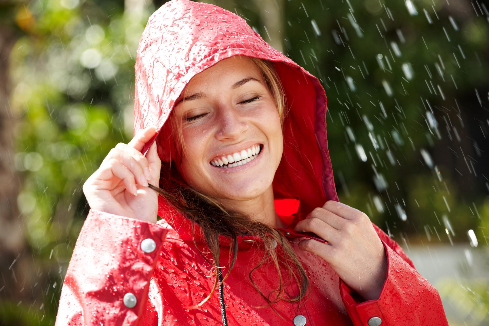 улыбающийся человек под дождем