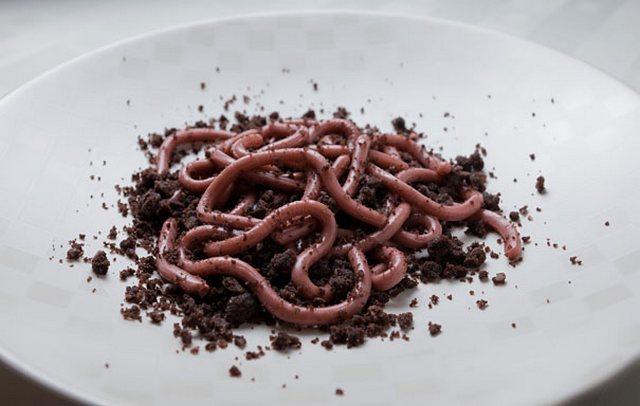 zhelejjnye-chervyachki-v-shokoladnojj-kroshke-podacha-deserta