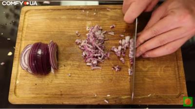 Шинкуем лук для соуса гуакамоле