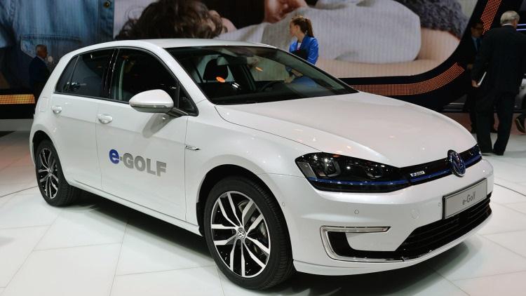 volkswagen-predstavil-obnovlennyjj-ehlektromobil-e-golf-foto-1