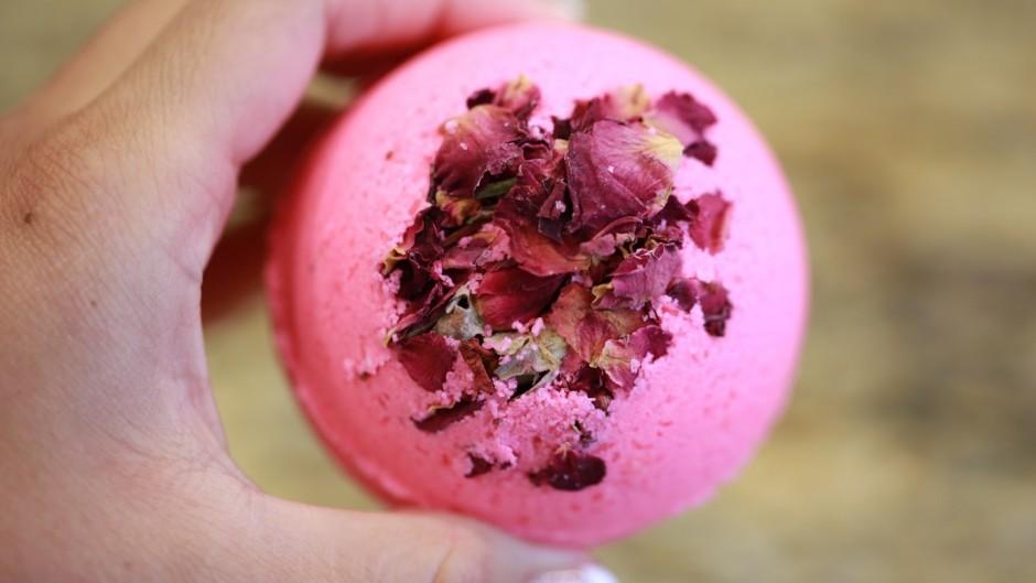 aromabombochki-dlya-vann-s-lepestkami-roz-foto