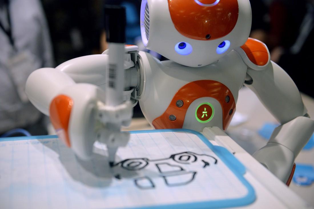 робот рисует
