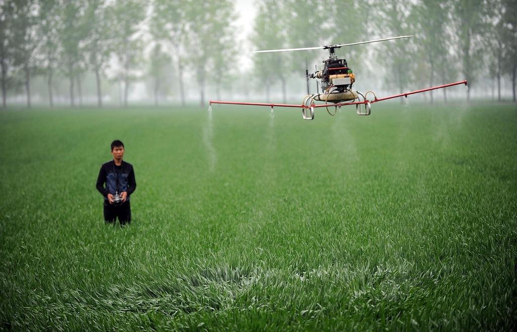 papka-foto-dji-istoriya-uspekha-nebesnykh-perfekcionistov-dron-polivaet