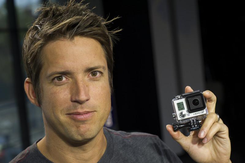 демонстрирует экшн-камеру.