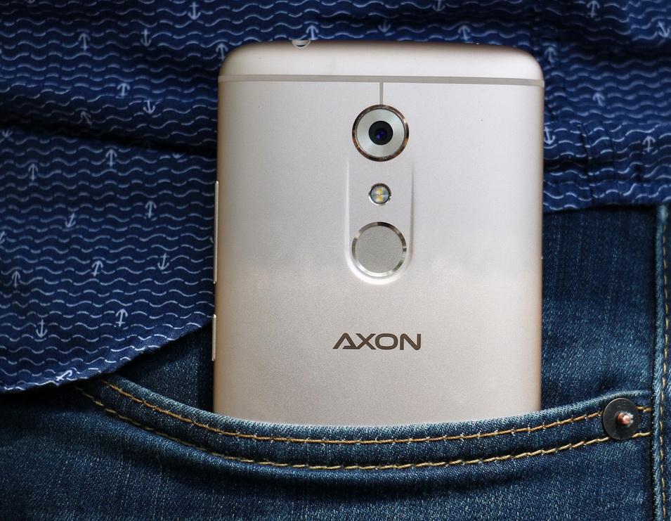 zte-axon-7-smartfon-v-karmane