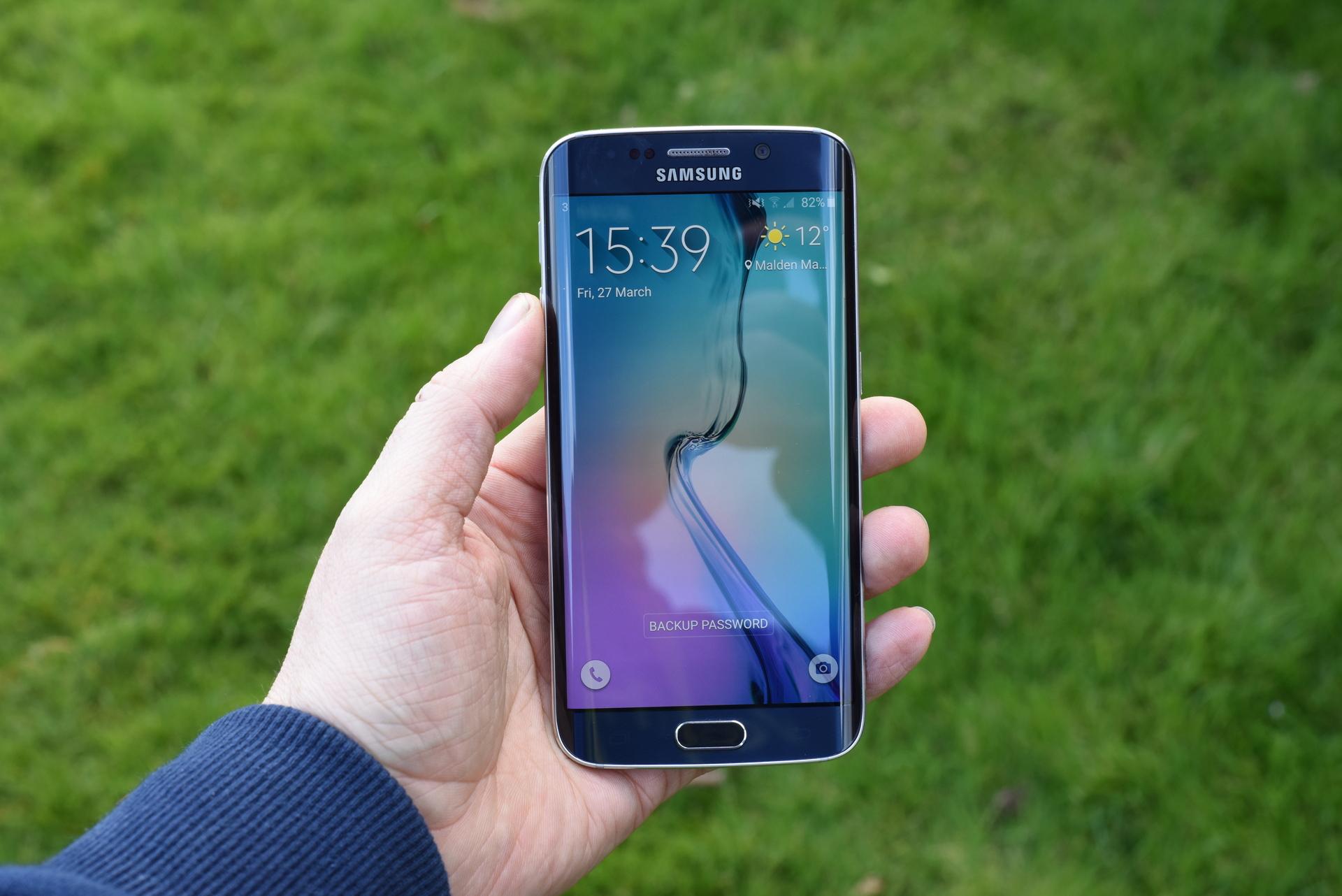 gonka-vooruzhenijj_smartfony-samsung-galaxy-s6-edge-v-ruke