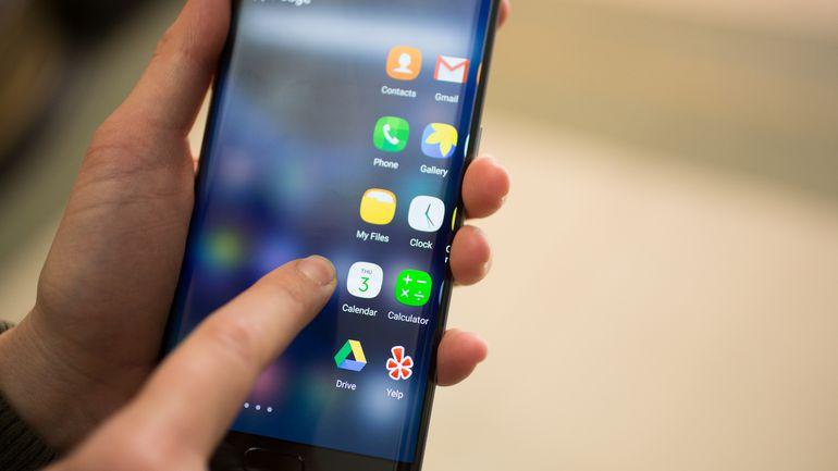 gonka-vooruzhenijj_smartfony-samsung-galaxy-s7-edge-v-ruke