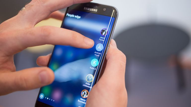 samye-yarkie-smartfony-2016-goda-samsung-s7-edge-v-ruke