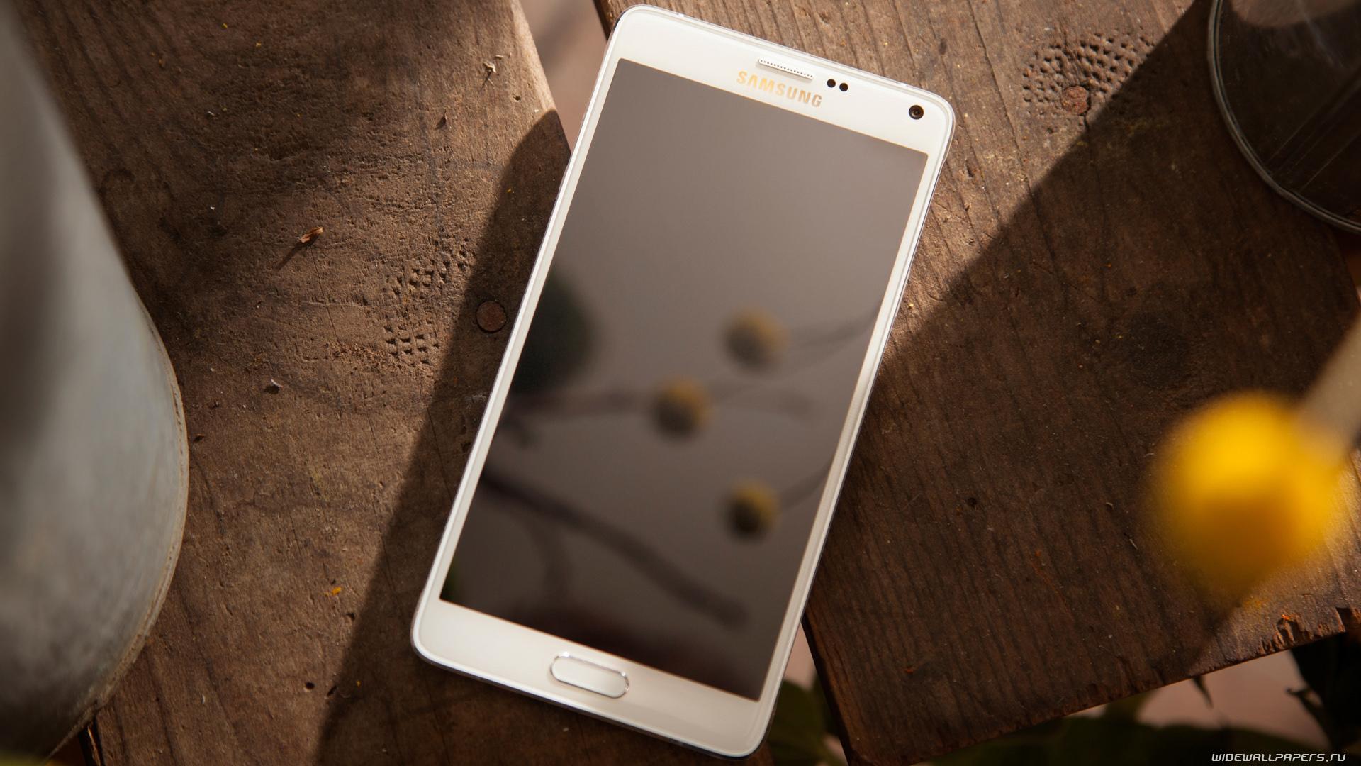 samye-yarkie-smartfony-2016-goda-smartfon-na-stole