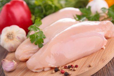 Филе курицы на доске