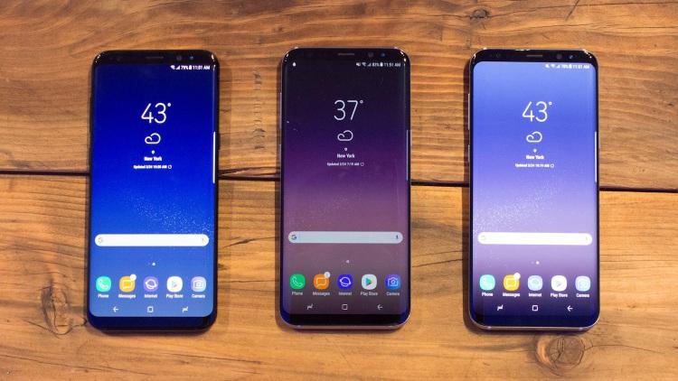 6-luchshikh-smartfonov-nachala-2017-goda-galaxy-s8-na-stole