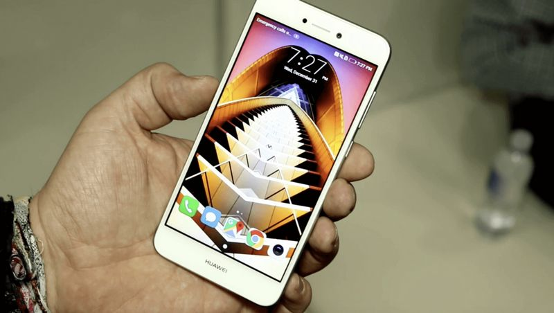 luchshie-smartfony-na-android-huawei-p8-lite-2017-v-ruke