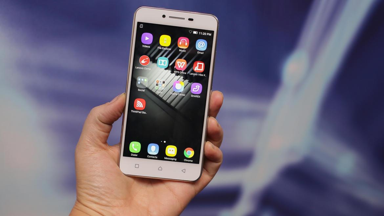 luchshie-smartfony-na-android-lenovo-k5-plus-v-ruke