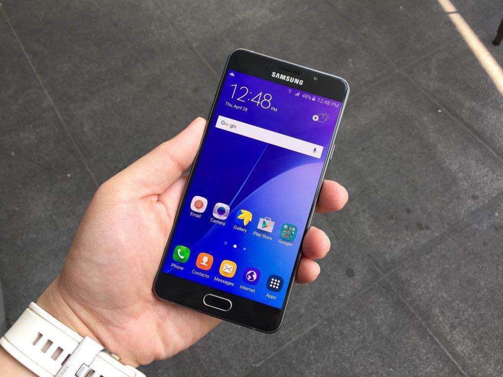 luchshie-smartfony-na-android-samsung-a7-2017-v-ruke