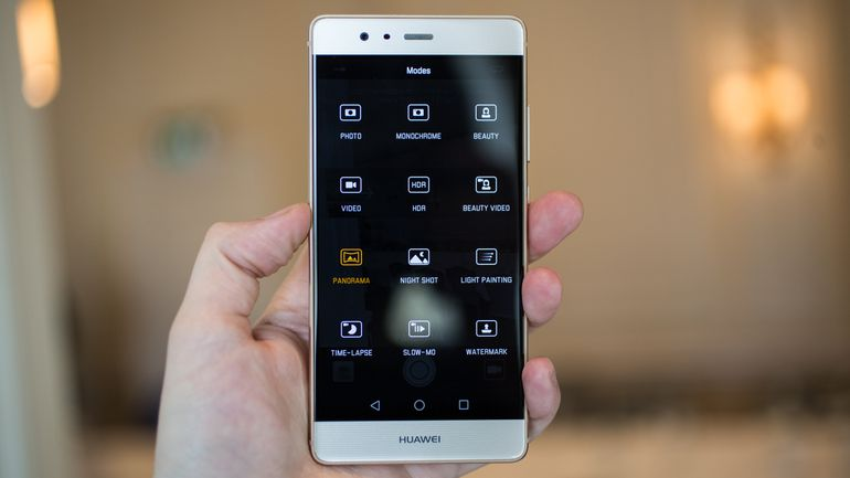 top5-smartfonov-kotorye-podesheveli-v-2017-godu-huawei-p9-v-ruke